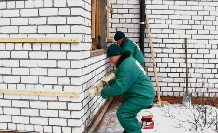 как закрепить рейку к кирпичной стене